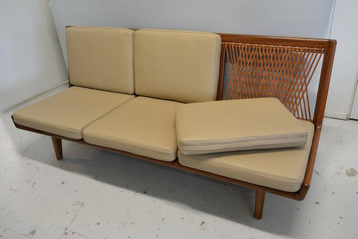Hiort af Ornäs Studio-sohva 1954 nahalla verhoiltuna