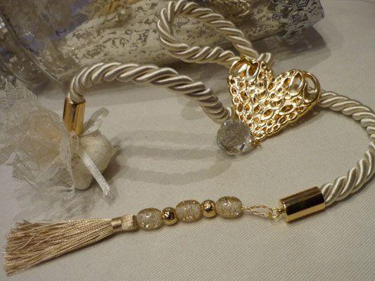 Εντυπωσιακή μπομπονιέρα γάμου χρυσή καρδιά δεμένη σε κορδόνι με κρυσταλλάκι και χάνδρες