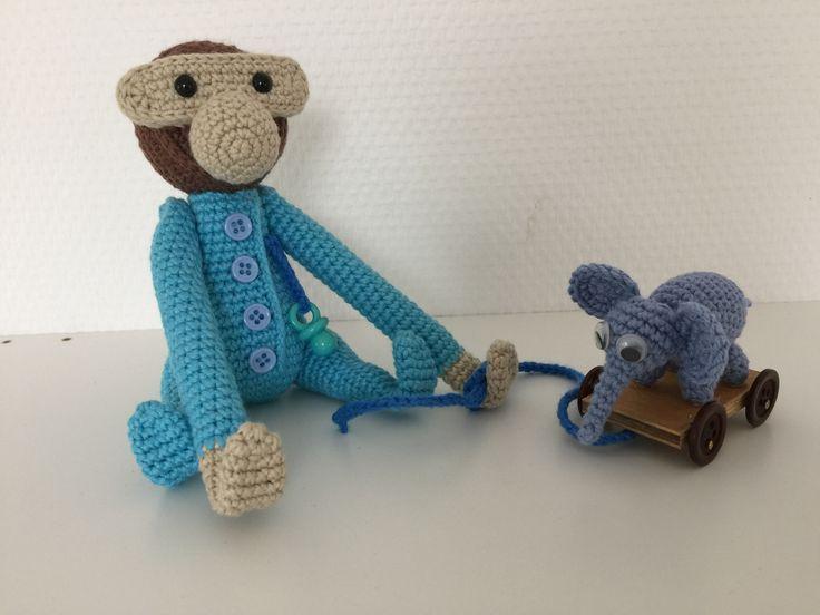 """Her er en dejlig hækleopskrift på elefanten """"Bodil Kjer"""", som kendt fra Lille Per-filmene. Det her en miniature-udgave, der kan bruges sammen med KB Aben."""