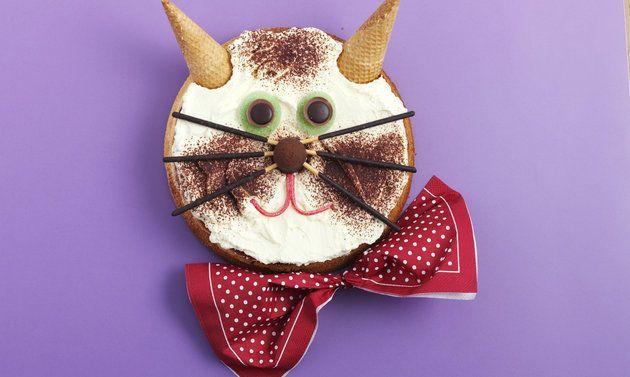 Geburtstagskuchen Katze: Kuchen: Butter rühren, bis sich Spitzchen bilden. Zucker, Salz, Zitronenschale und -saft dazurühren. Eier nach und nach dazugeben, ...