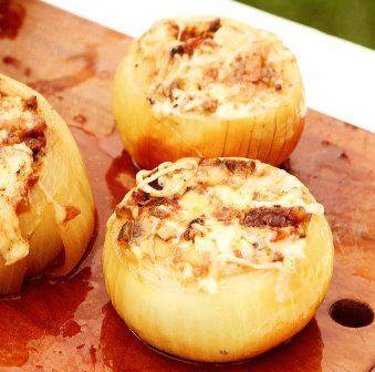 Hoy queremos preparar un plato de esos que van a hacer historia: las cebollas rellenas de requesón y jamón. El sabor de la cebolla asada.