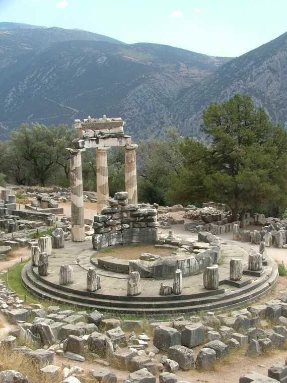 Esempio di tempio a tholos: tempio di Atena; IV secolo; Marmarià, vicino Delfi.