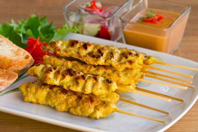 Pollo satay con salsa de cacahuetes - La cocina tailandesa | Kwan Homsai