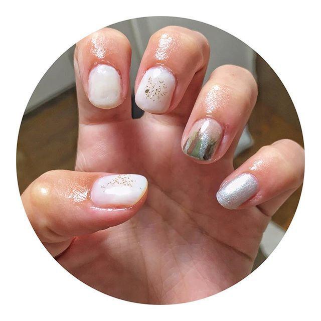 ◌ ⑅ ◌ ⑅ ◌ ⑅ ◌ ⑅ ◌ ⑅ ◌ セルフネイル💅 . ウィークリージェルはお休み 小指の100均のシルバー使える🤔 薬指は薄い茶色ベースに シルバー、カーキ、茶色を適当に〜 コンデンスミルク塗るの難しい。゚(゚´Д`゚)゚。 . #ネイル #セルフネイル #セルフネイル部 #ポリッシュ #チビ爪 ちょびっと#秋ネイル 💅