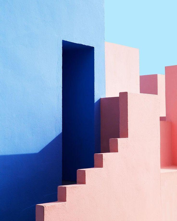 Esa imagen muestra la arquitectura de Ricardo Bofill. Siento que la imagen del edificio se convierte en pictórico gracias a los bloques de color tan contrastantes, las sombras definidas. Es una imagen que se pierde entre pintura y realidad.