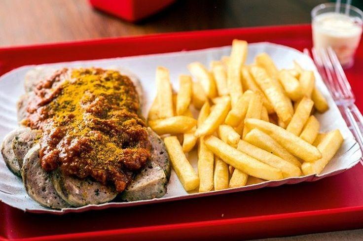 A inspiração da Imbiss (Rua Purpurina, 94 - Vila Madalena) veio dos quiosques de comida de rua alemães, lá chamados de imbiss. Quem vai de cachorro-quente escolhe o pão (brötchen, que lembra uma baguete, ou laugenbrot, com massa de pretzel) e molhos como o curry. O preço é definido pela salsicha, que pode ser a knackwurst (R$ 20,00), defumada e levemente picante, ou avampyr (R$ 22,00), carregada de alho na composição — há outras sete possibilidades. Opção de prato, o currywurst traz um…