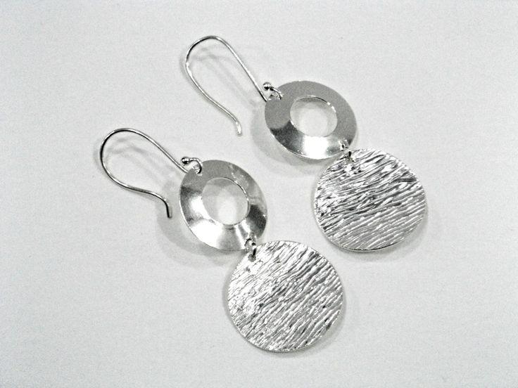 Pendientes en plata 925 con círculos texturados y donuts lisos. Silvia Tapia.