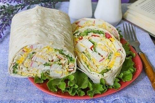 Рулет из лаваша с крабовыми палочками - праздник на каждый день!  Вам потребуется на 8 порций:  - 400 г крабовых палочек; - 4 куриных яйца; - 4 огурца; - 100 г твердого сыра; - 3 ст.л. майонеза; - 3 листа лаваша; - 0,5 ч.л. соли.  Приобретите 3 листа лаваша, благо они все завернуты в одном пакете.  Заранее разморозьте крабовые палочки в теплой воде. Таким образом они впитают в себя влагу и не будут сухими на вкус. Куриные яйца отварите в течение 10-12 минут до крутого состояния.  Промойте…