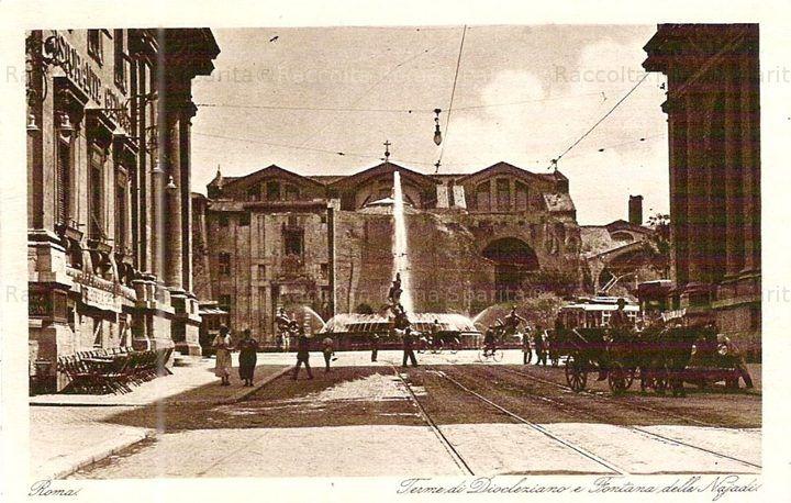 Piazza Esedra (ora Piazza della Repubblica) da Via Nazionale. Sullo sfondo la Chiesa di Santa Maria degli Angeli e al centro della piazza la fontana delle Naiadi