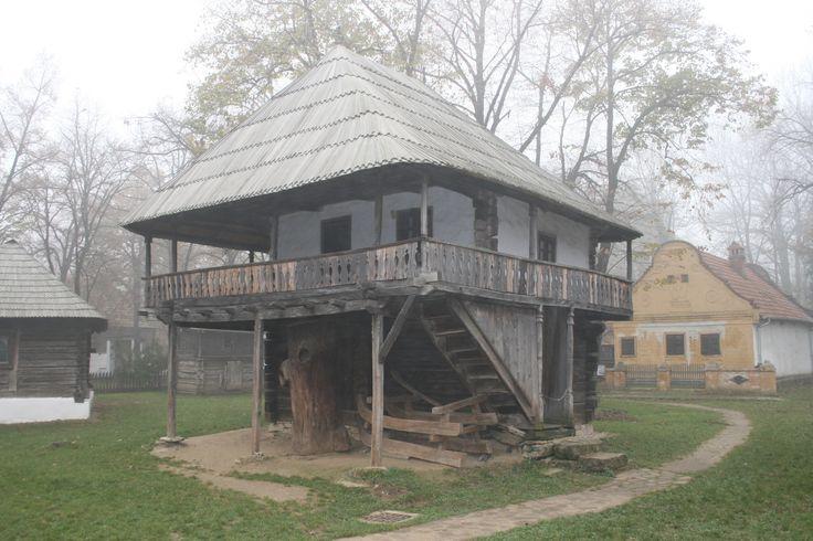 Casa traditionala tipica pentru locuintele inalte ale taranilor instariti din Gorj. Aminteste de culele boieresti cu prispa si stalpi frumos sculptati. Curtisoara, Gorj