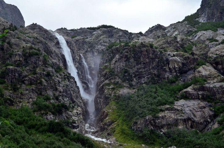 А вот и сам водопад Мазери (который на самом деле называется Шдугра). Красивый, шумный, падающий с хмурых скал и дающий понять, что с ним шутки плохи. В этом годы тропу проложили практически к самой воде и можно даже вымокнуть от его мощи ;)  С уважением к приключениям, команда hikeup.net