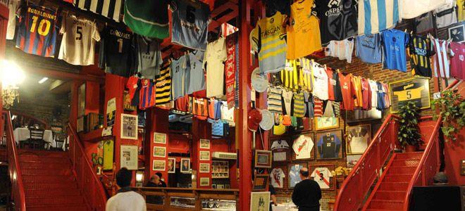Son varios los bodegones de Buenos Aires que despliegan colecciones de camisetas y fotos de equipos de fútbol argentino, ¡enterate cuáles no podés dejar de visitar!