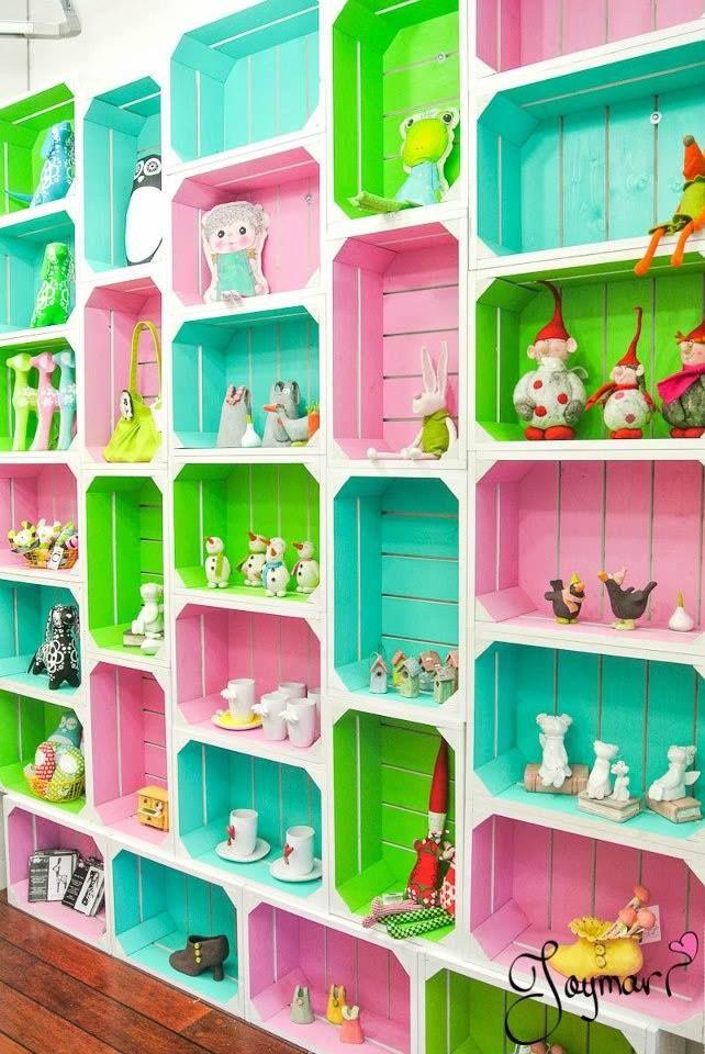 caixotes coloridos, com cantoneiras internas para dar aspecto de arredondado