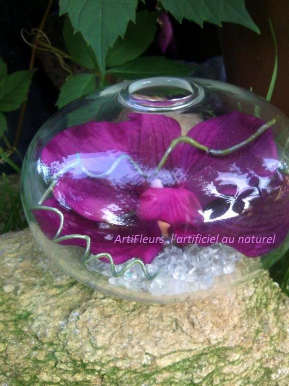 vase boule avec orchidee sauvage violet fleur artificielle compositions florales artificielles. Black Bedroom Furniture Sets. Home Design Ideas