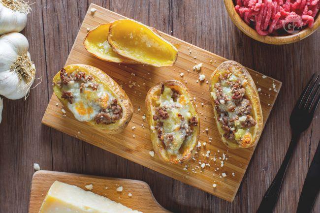Un sfizioso contorno di verdure: le patate al forno ripiene sono un carico di bontà riempite con carne e formaggio!
