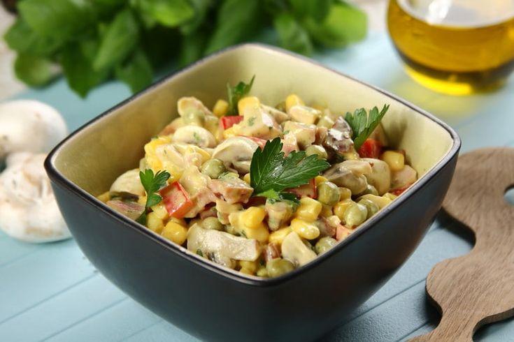 Przepis na Kolorowa sałatka warzywna z wędzonym kurczakiem