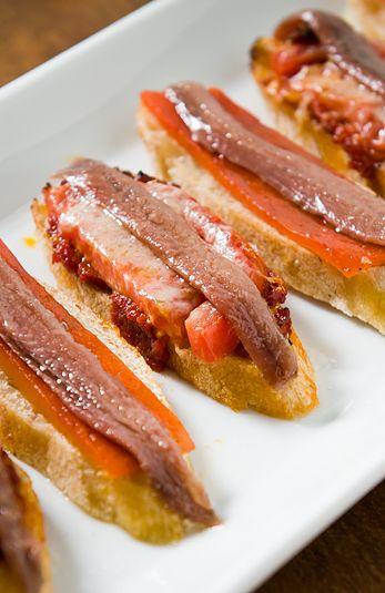 anchovies/ rodaja de pan, tomate, pimiento rojo, anchoas.con receta.
