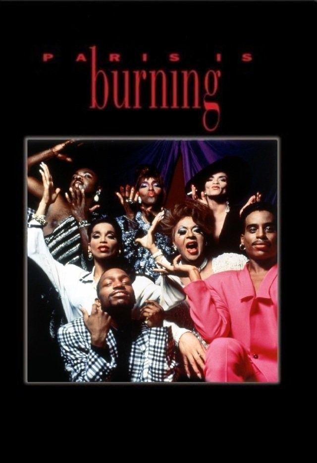 """Paris Is Burning - (1990) di Jennie Livingston - Il film ci racconta le notti delle """"Drag Queen"""" nei locali di New york. Le drag sono intervistate e osservate mentre si vestono e si preparano per gli spettacoli e le gare di ballo. Il regista ci mostra il dietro le quinte di un mondo che ci risulta subito famigliare, con le ambizioni,…"""
