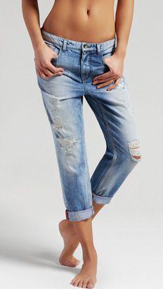 Il jeans strappato è sempre più bello! Specialmente con il risvolto a metà polpaccio. Un jeans OVS, vieni a provarli negli store di tutta Italia.