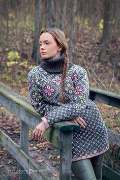 Rosegenser from my book VAKKER STRIKK til alle årstider Design: Sidsel J. Høivik Photo: Anne Helene Gjelstad Model: Emma Karlsson