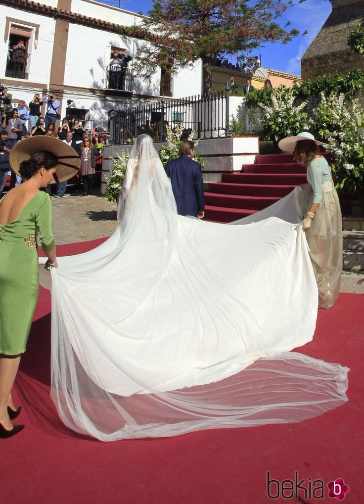 Espalda del vestido de novia de Eva González a su llegada a la Iglesia