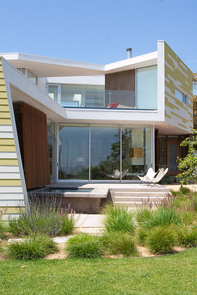 Modern Ashland Ave House -- This contemporary two story single family house is located in Santa Monica, California.