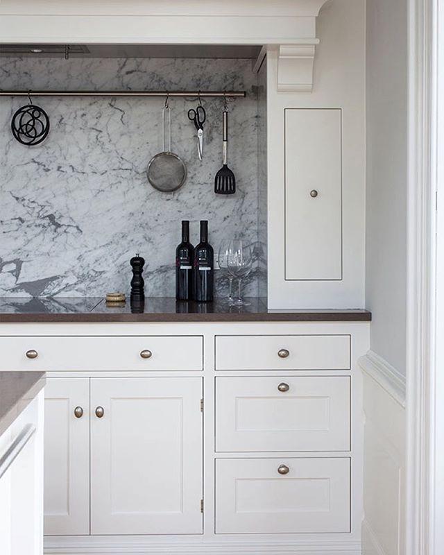 An elegant combination of hand-painted ash wood, Carrara marble and brown Silestone. #kvänum #kvanum #kvänumkök #broby #pure #white #tradition #kitchen #kök #craft #scandinavian #design #wood #interior #inspiration #premium #madeinsweden #madebyhand