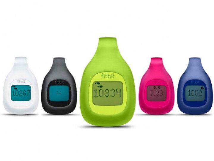 Fitbit Zip | fitfy | Der Fitbit Zip ist der perfekte Begleiter für Deinen Alltag! Dank seiner geringen Größe und dem praktischen Klipp kannst Du den Fitbit Zip fast überall an Deiner Kleidung befestigen. Dort sammelt er Daten wie zurückgelegte Strecke, Anzahl Deiner Schritte und die verbrannten Kalorien auf. Die Synchronisation dieser Daten mit Deinem Smartphone, Tablet oder PC/MAC erfolgt kabellos und ermöglicht eine Echtzeitüberwachung.
