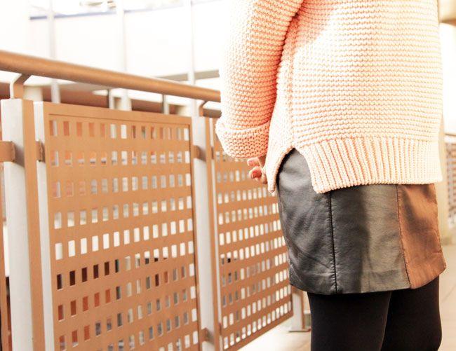 LBD de polipiel de Suiteblanco (que no se ve), jersey de punto de Zara en rosa y botines de ante negros de Pull&Bear. Abrigo rosa pálido y bolso, también de Zara.