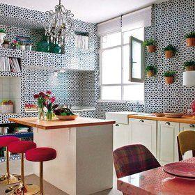Cocina con muebles blancos y azulejos azules Cocina trendy - Kuali cocinas http://kualicocinas.com/