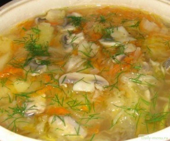 Валаамские щи Продукты на 8-10 порций: Капуста белокочанная (нашинкованная соломкой) – один кочан Грибы свежие (шампиньоны, белые и т.п.) – 0,5 кг Лук репчатый – 2-3 луковицы Корень петрушки – 1 шт. Морковь - 1 шт. Свежая зелень (петрушка, укроп, сельдерей, шпинат) – по вкусу Соль – по вкусу Перец черный горошком – 4-6 горошин Лавровый лист – 1-2 шт. Мука пшеничная – 1-1,5 ст.л. Масло растительное – 1 столовая ложка