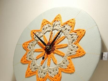 Veggur / Klokke, orange hekleduk / Ingrid Riddervold Design