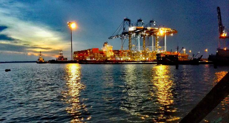 Pelabuhan Malaysia antara yang paling cekap di dunia   Jumlah kendalian Pelabuhan Klang meningkat kepada 2.85 juta unit bersamaan dua puluh kaki (TEU) untuk lapan bulan pertama 2017 berbanding 2.70 juta TEU dalam tempoh sama tahun lalu.  Foto oleh Fung Weng CheongPUTRAJAYA 22 Sept  Pelabuhan Malaysia merupakan antara yang paling cekap di dunia dengan keupayaan untuk memenuhi keperluan syarikat perkapalan pada caj yang amat kompetitif kata menteri pengangkutan Datuk Seri Liow Tiong Lai.  Daya…