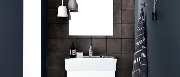 Zorg voor een stijlvol contrast tussen de Linea White badkamer en de donkere wasbak. Bij Kvik kunnen wij zelfs de allerkleinste badkamer rijk laten voelen.