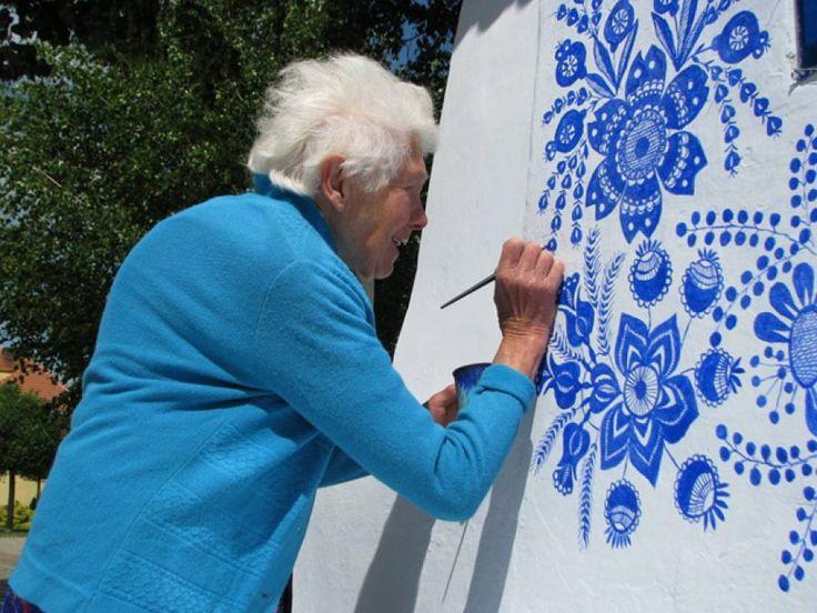 Una artista checa de 90 años lleva 40 embelleciendo su pueblo