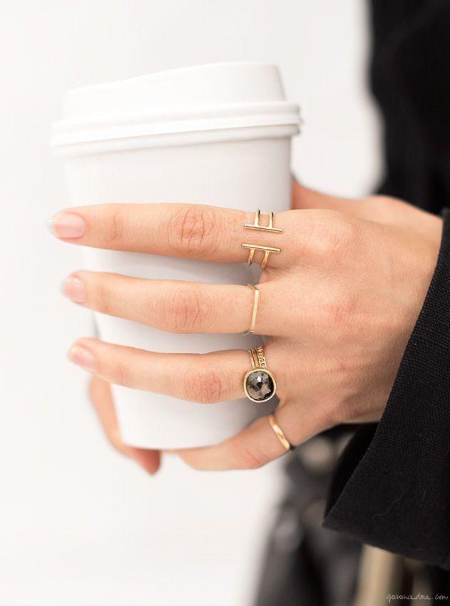 ¡Amor por las uñas sencillas y los anillos llamativos!