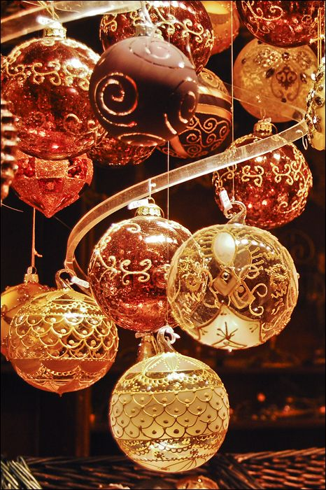 Beautiful Christmas Bulbs Could you make these with puff paint?