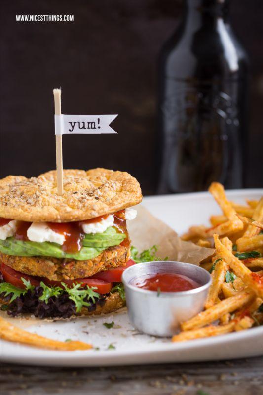 Rezept für gesunde, glutenfreie Burger mit Low Carb Burger Buns (Oopsies), veganen Süßkartoffel Patties und Pastinakenpommes