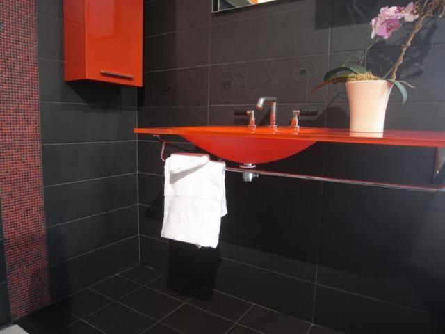 Salle de bain rouge et noire bains pinterest salles for Salle de bain noir et rouge