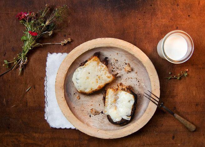 ÜNLÜ ROMANLARDAKİ MEŞHUR YEMEK SOFRALARI | Eskimeyen Kitaplar - Johanna Spyri'nin romanından esinlenerek çizgi filme uyarlanan Heidi'de ki hafızalara kazınan yemek sofrası