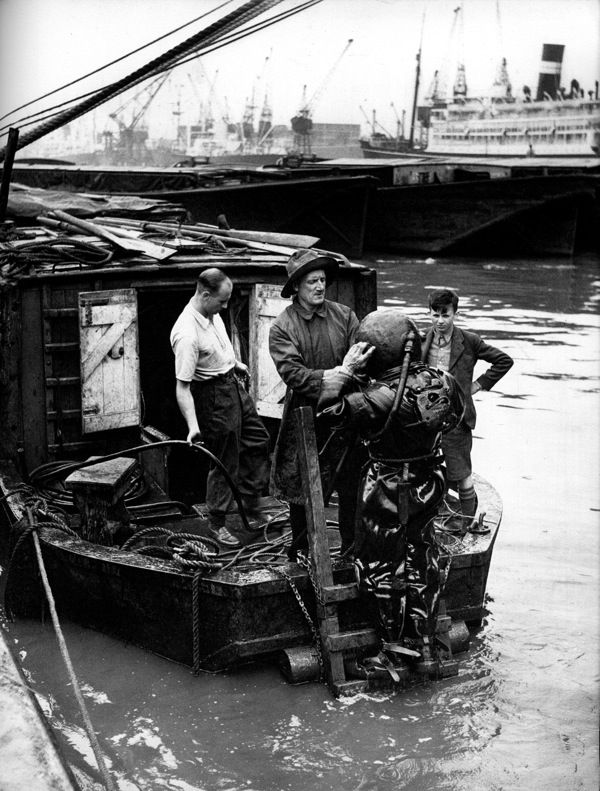 Diver in the London Docks. Israel Bidermanas - 1952 - 'Charmes de Londres'
