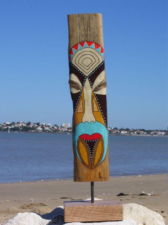 Bois flotté ramassé sur une plage de locéan Atlantique . Peinture acrylique sur bois flotté naturel !  Totem Masque , peinture sur bois qui associe plusieurs style de masque à travers le monde, vous pouvez jouer à les retrouver!  Une planche échouée sur le sable , deux nœuds symétriques qui semblent vous regarder , et puis une idée !  Pièce unique entièrement réalisée au pinceau.  Mesure du totem : Hauteur (avec le socle) 53 cm -- 20.86 inches   : socle 15 X 12 cm -- 5.90 X 4.72inches…