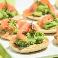 Blinis opskrift med laks og avocado. Blinis på boghvedemel til forret og fest. En klassisk blinis opskrift med laks. Server blinis til din næste fest!