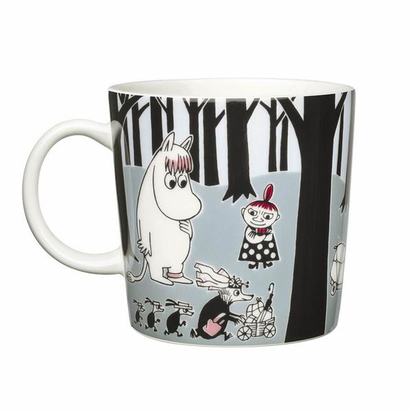 The Adventure Move mug by Arabia from 2013 features a famous motive from Moomintroll and the comet. Arabia artist Tove Slotte-Elevant has designed this delightful Moomin object keeping with the original drawings. The Moomin mug has Moomintroll, Little My, Mymble and Snorkmaiden in the illustration and it will certainly delight both young and old.Complete your collection of Moomin mugs with this lovely piece. Also see the other parts of the Adventure Move series.