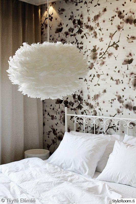 makuuhuone,valkoinen,tapetti,romanttinen,rautasänky