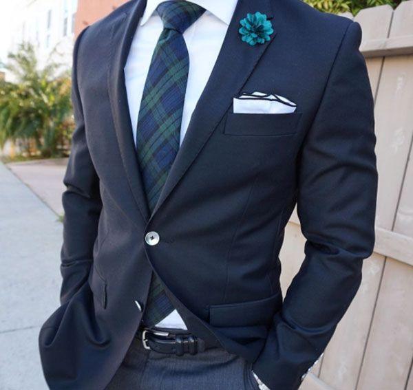 Perfektes Styling: Dunkelblauer Anzug mit dunkelgrüner Krawatte im Karomuster und weißem Einstecktuch