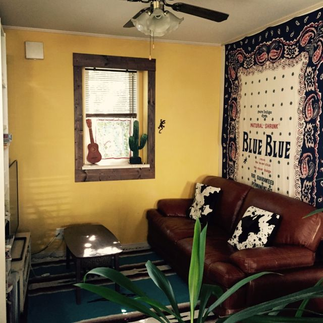 bowbowcoさんの、リビング,サボテン,出窓,ニトリ,ウクレレ,狭小住宅,ハリウッドランチマーケット,アイアン雑貨,黄色い壁,革のソファー,チマヨ柄マット,塗装壁,のお部屋写真