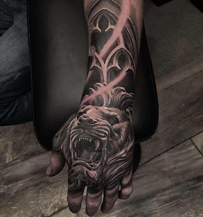 Lion hand tattoo                                                                                                                                                     Más