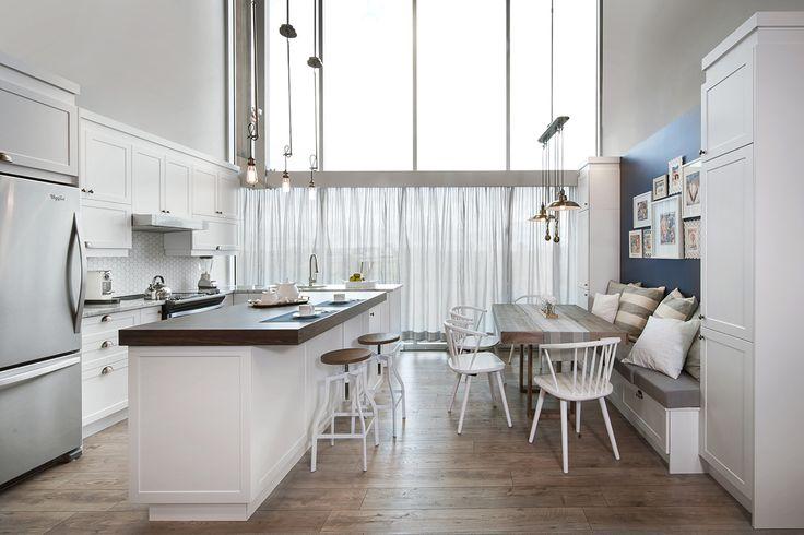 Cette cuisine nous offre un mélange de style entre le classique et le Cape Cod par son espace très chaleureux et intemporel. D'un blanc pur satiné elle apporte légèreté et fraicheur à la pièce.