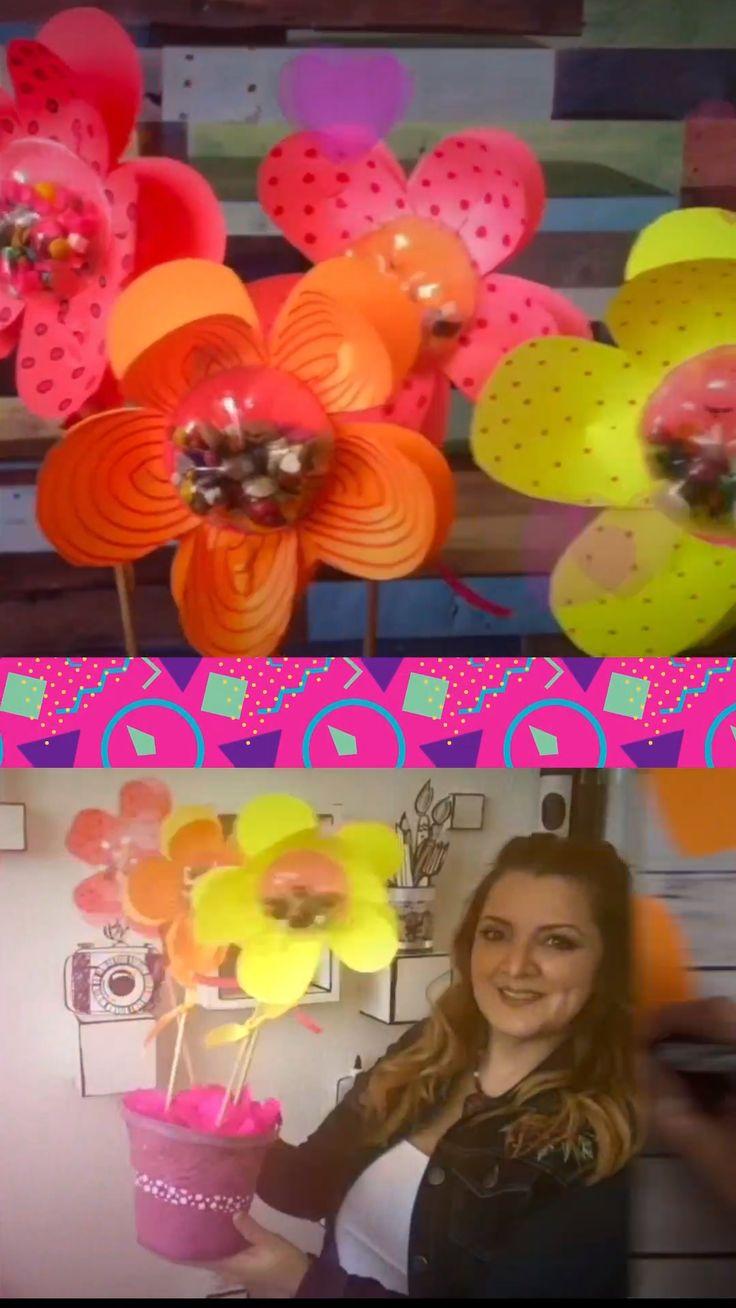 Flores con dulces al centro para regalar! Dale tu toque Sammily!Te encantará! Entra a mi página para más ideas FB/ ChuladasCreativas IG @SammilyChuladas YT/ChuladasCreativas Coco, Videos, Desserts, Recipes, Goodies, Sweets, Health Recipes, Fake Flowers, Garlands